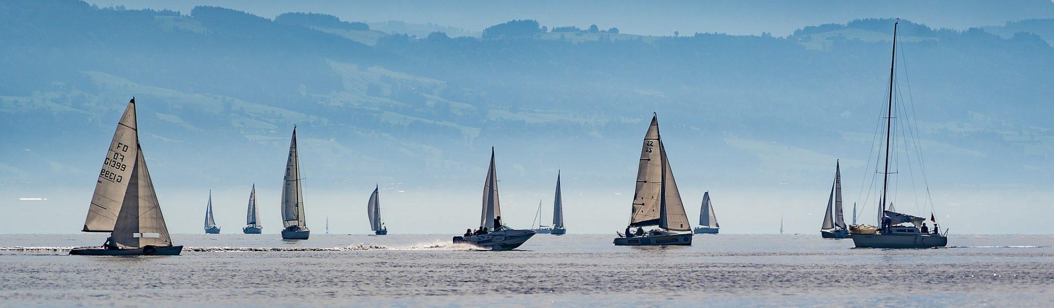Segelboote in harmonie mit der Umwelt